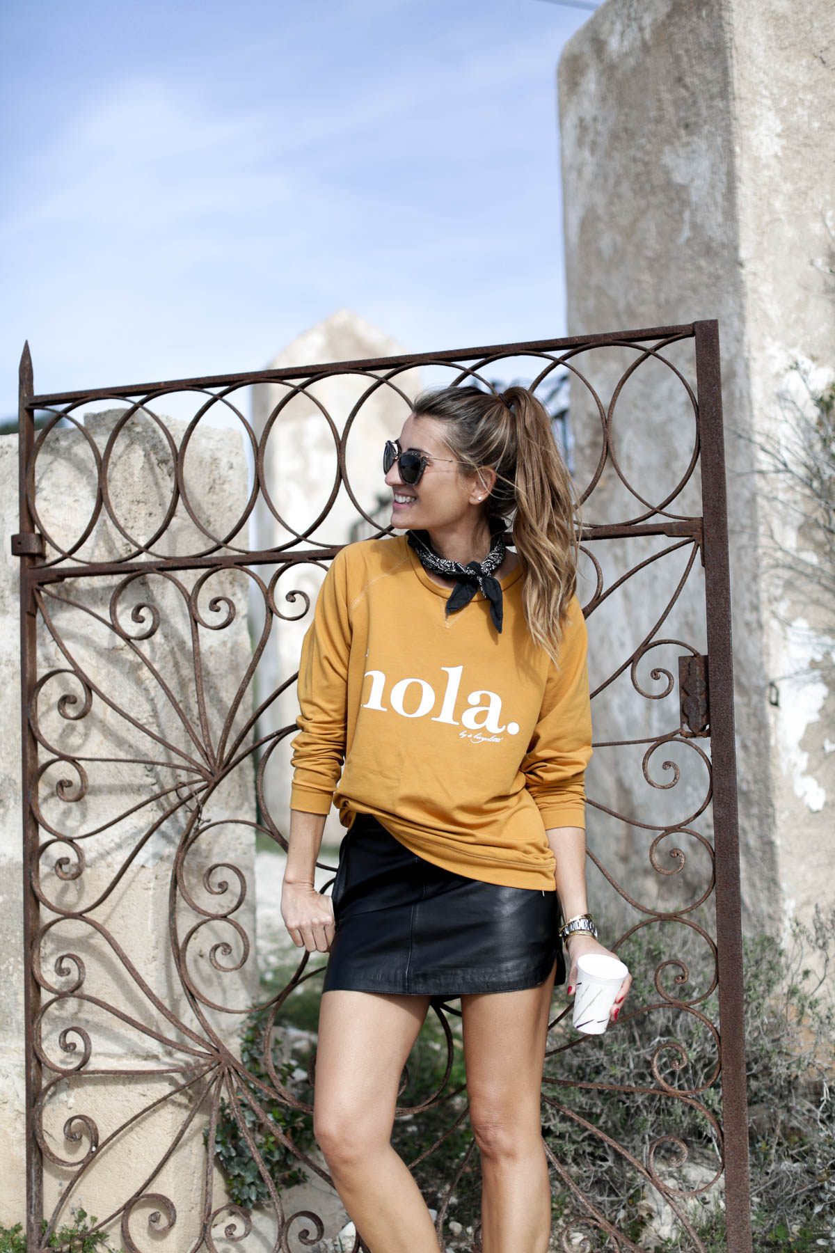 black-friday-a-bicyclette-sweatshirt-hoodie-all-star-leather-piel-cuero-celine-bag-bolso-mini-skirt-falda-streetstyle-look-bartabac-outfit-moda-blogger-2