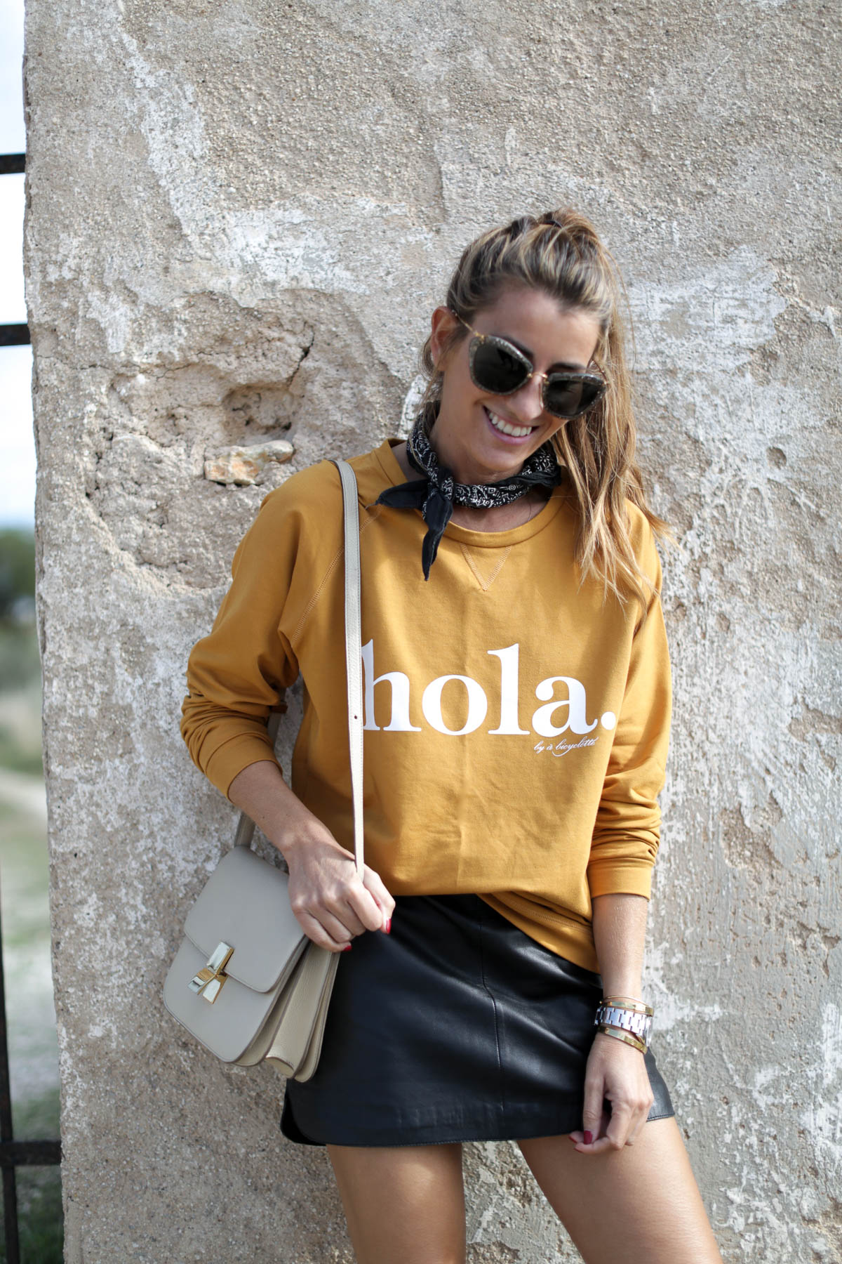 black-friday-a-bicyclette-sweatshirt-hoodie-all-star-leather-piel-cuero-celine-bag-bolso-mini-skirt-falda-streetstyle-look-bartabac-outfit-moda-blogger-7